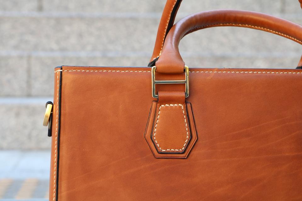 Férfi táska aszimmetrikus zsebekkel